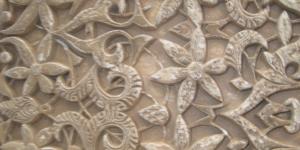 El elemento decorativo más utilizado por los arquitectos en La Alhambra fue la decoración vegetal y religiosa