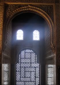 La mayoría de los arcos interiores son falsos, no sustentan ninguna estructura, simplemente decoran