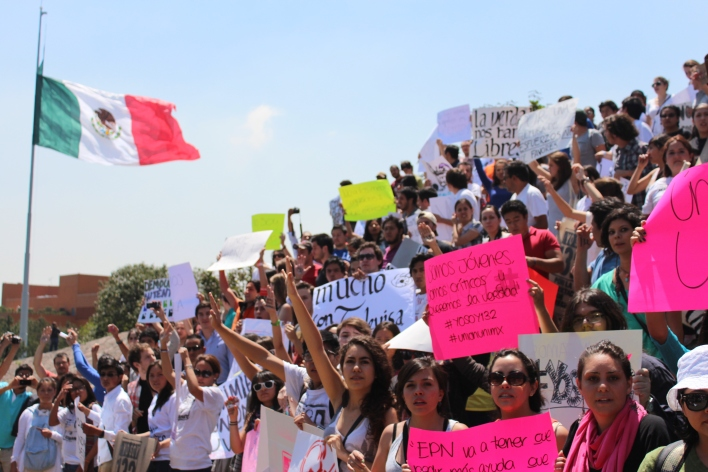 Students demand transparency in Mexican media. Picture taken by Andrea Arzaba.