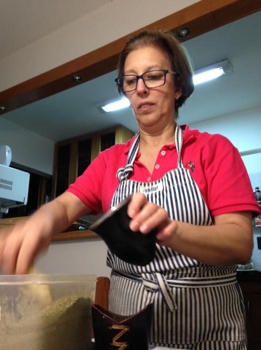 Mi amiga Rosmari preparando el mate, después de la cena